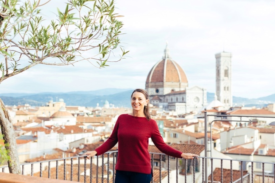 Author_nardia_plumridge_in_florence_with_duomo_in_the_background